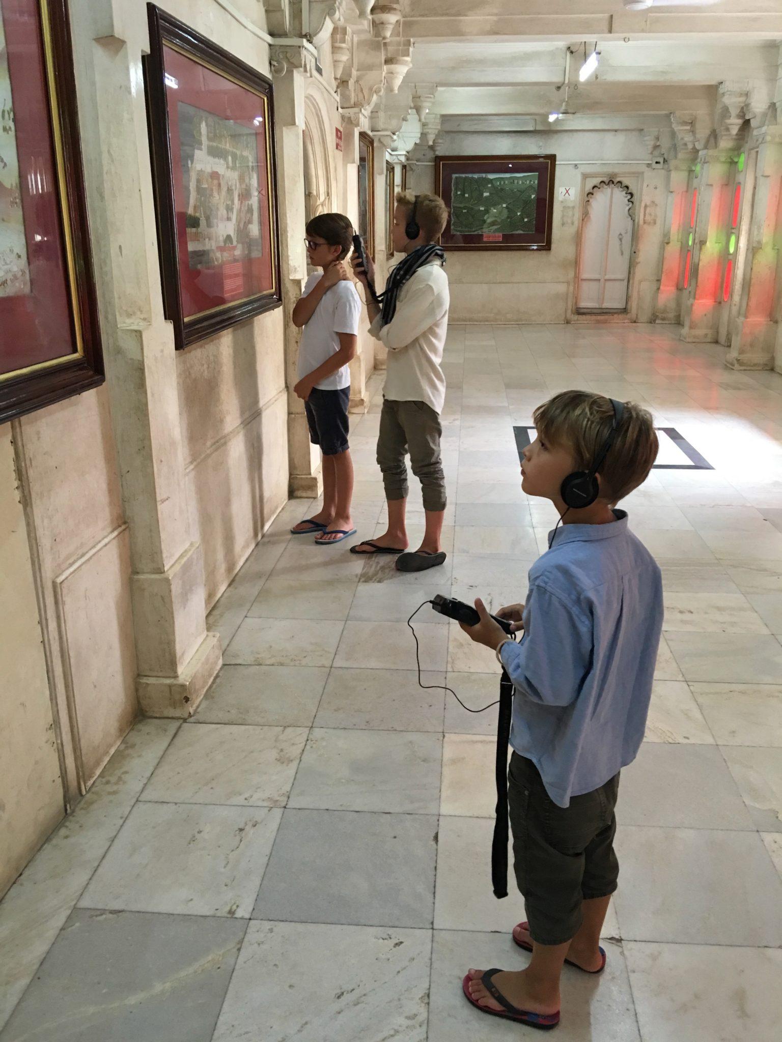 Kinder gebannt vor Bildern. Da geht mir das Herz auf!