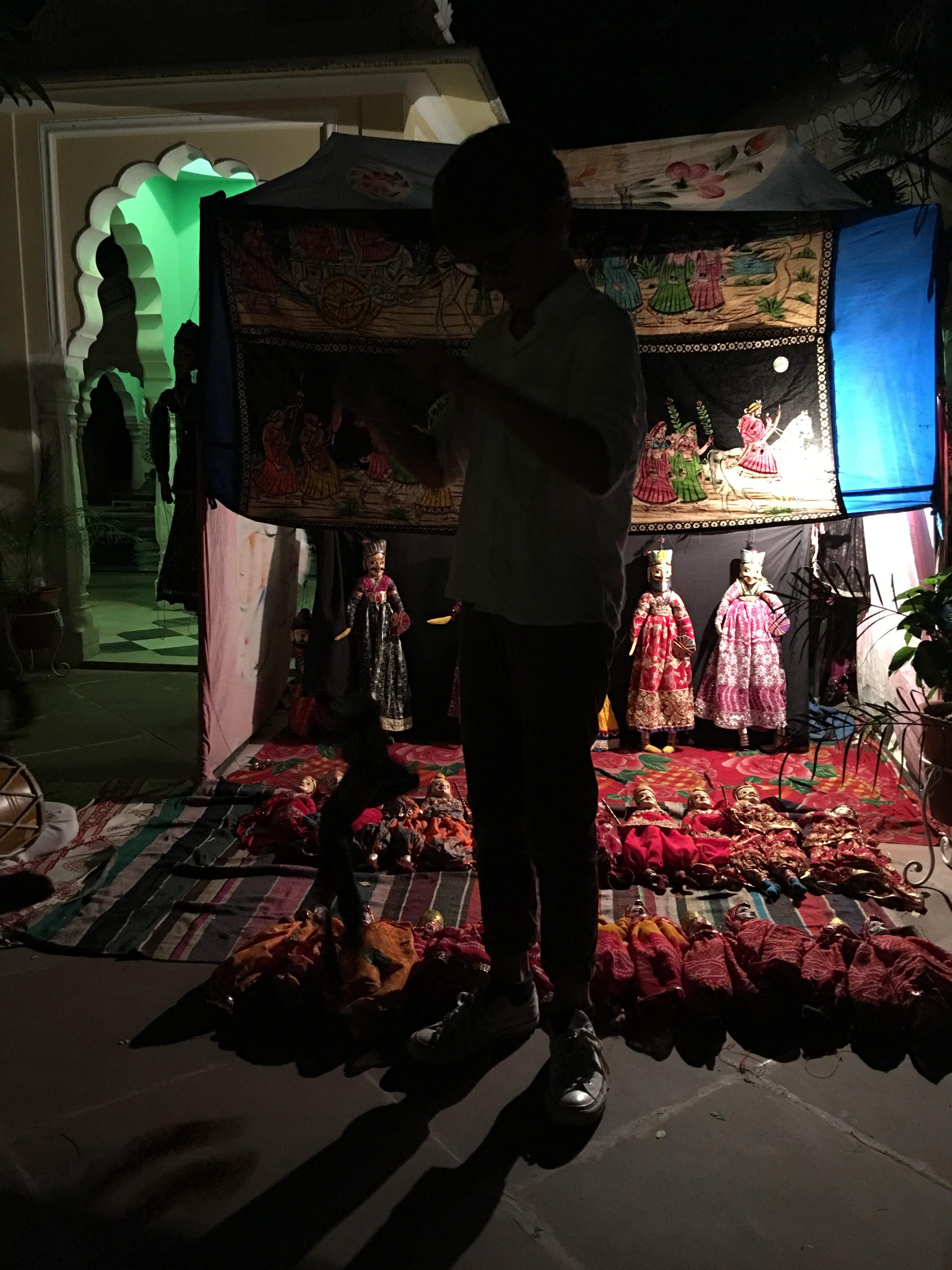 Toller Puppenspieler im Hotel, eine alte Tradition in Rajasthan. Die Leinwände sind wie Wanderaltare und es werden Epen auswendig gelernt und mit Trommel, Gesang, Tanz und Puppen vorgetragen. Hier die kommerziellere Variante, aber trotzdem berührend. So daß alle Jungs begeistert spielen.