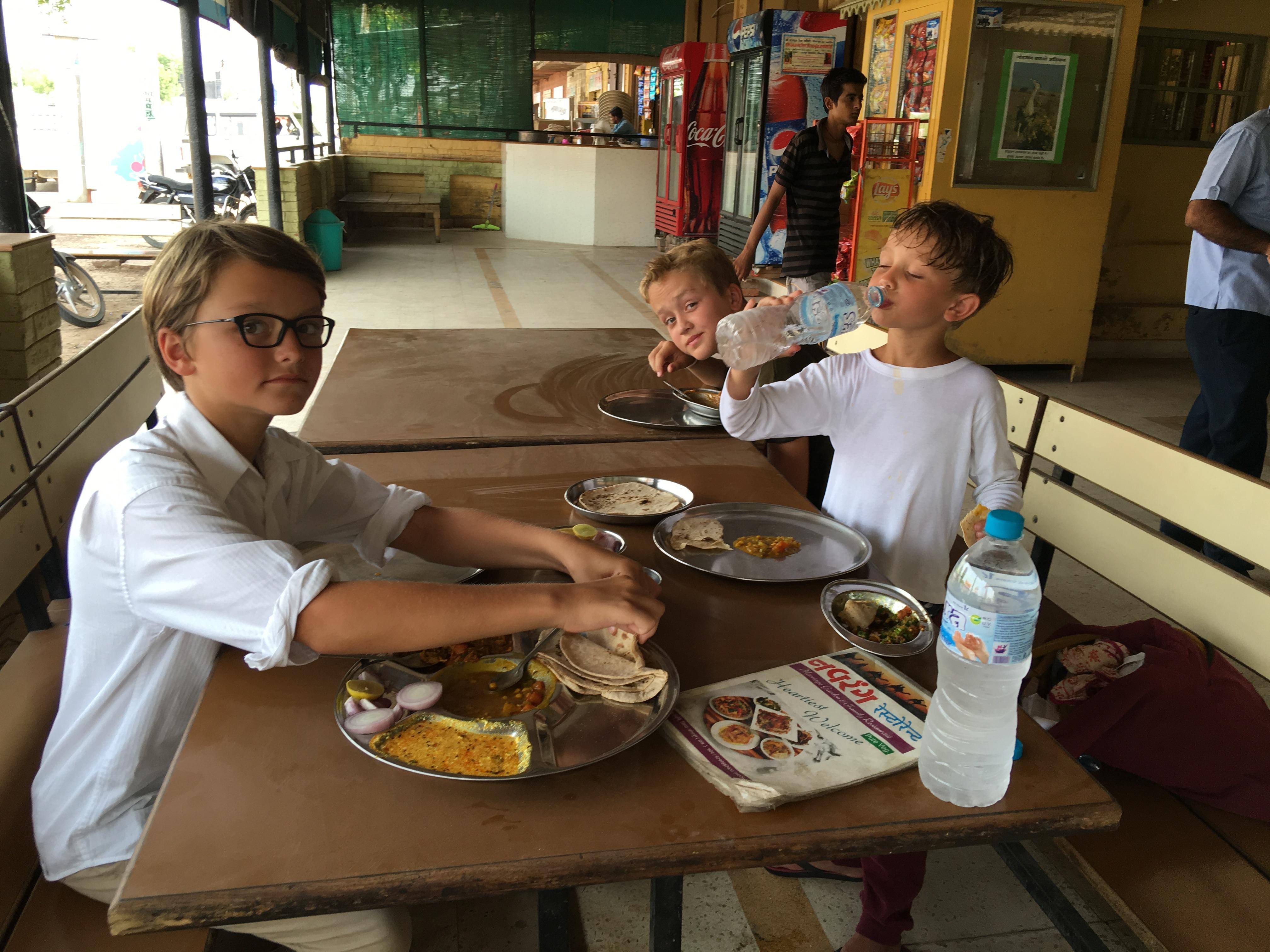 Ein bisschen gewischt hab ich den Tisch:) saugutes essen! Und immer Unmengen von rohen Zwiebeln, Limetten und grünen Chiles.... Paradies.