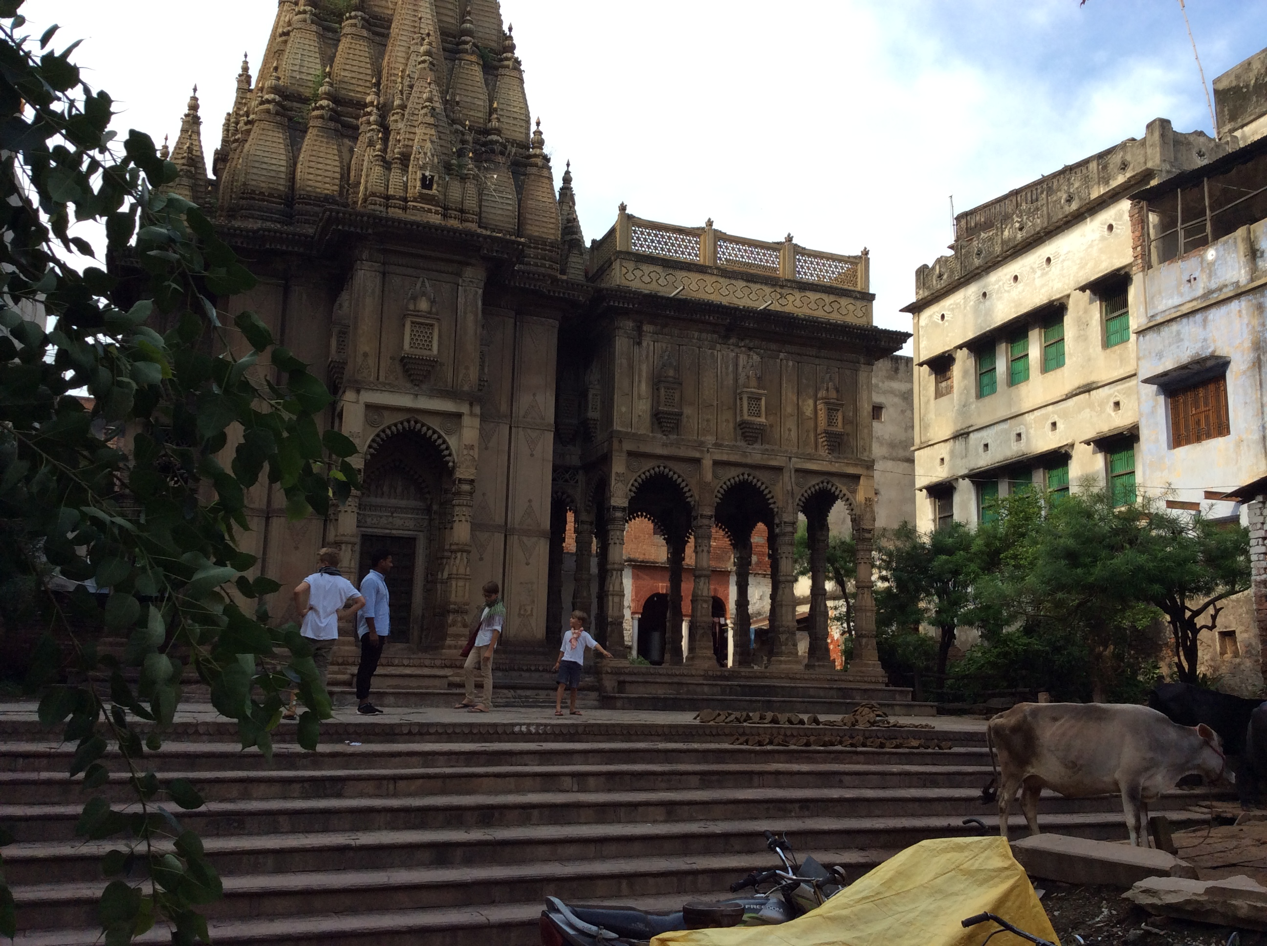 Ein 400 Jahre alter rajistanischer Tempel einfach so in einem Hinterhof! Neo zeigt auf die....