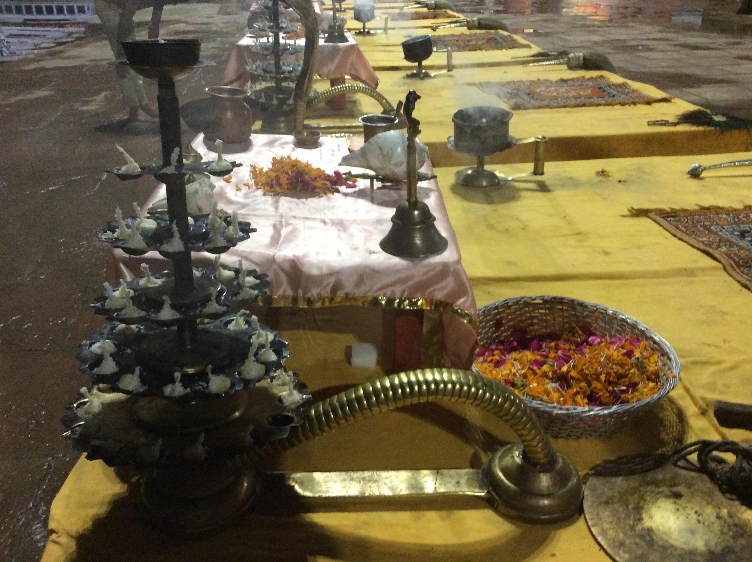 ...mit diesen Öllämpchen-etageren, Feuerschalen mit Cobrakopf (Lord Shiva), Blüten, Glöckchen, Wedeln, Muscheln zum Tröten und Muscheln zum Ganges-Wasser-sprenkeln, Rauchtöpfen....
