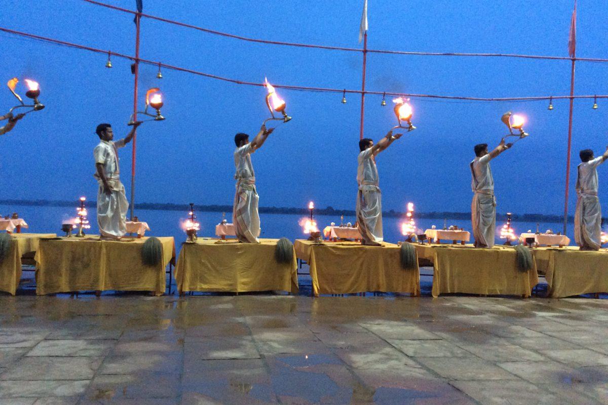 ...sehr indisch gesungen und gebimmelt, getrötet und Wasser versprengt..