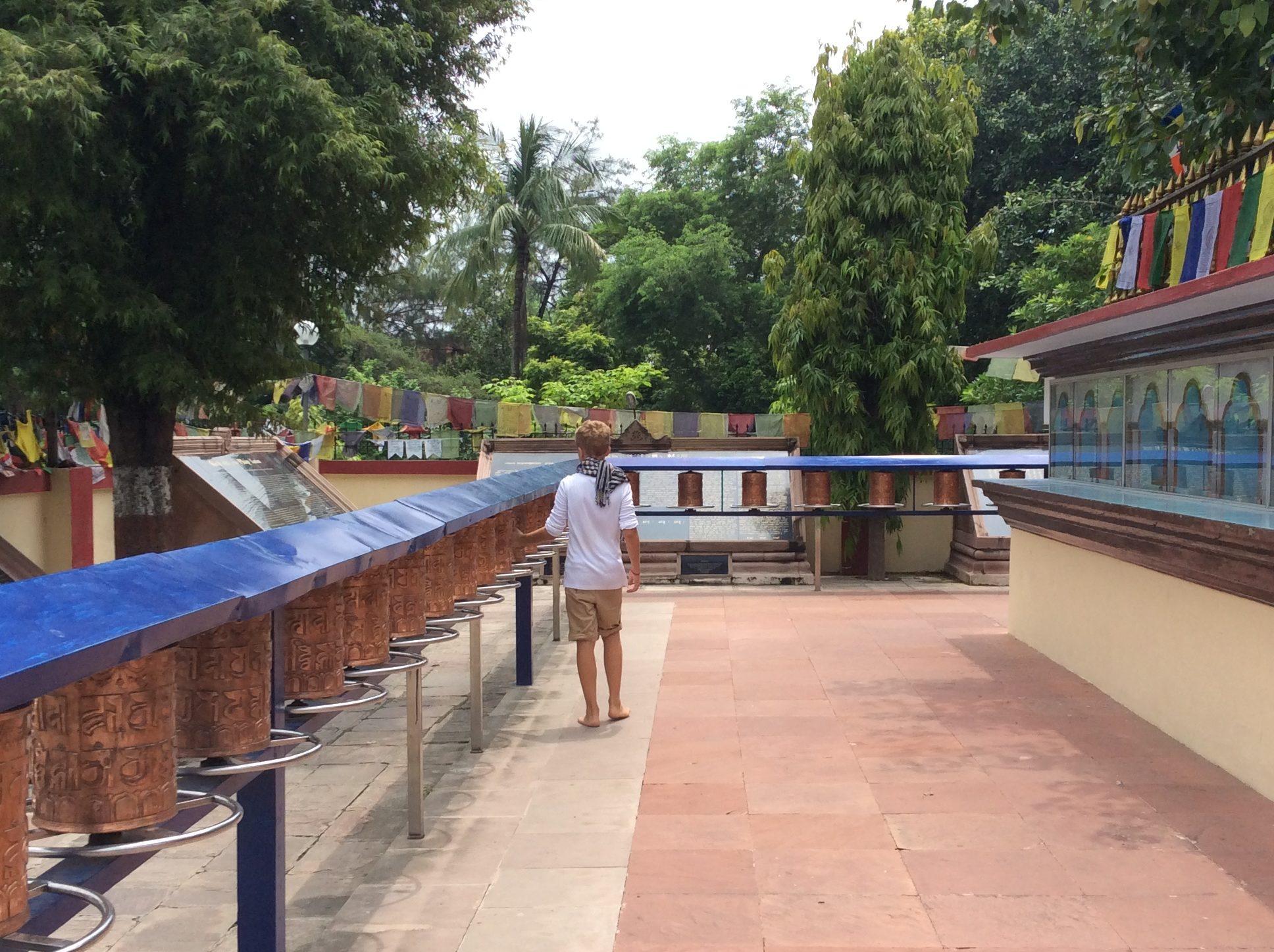 Glenn an den Gebetsmühlen in Sarnath.