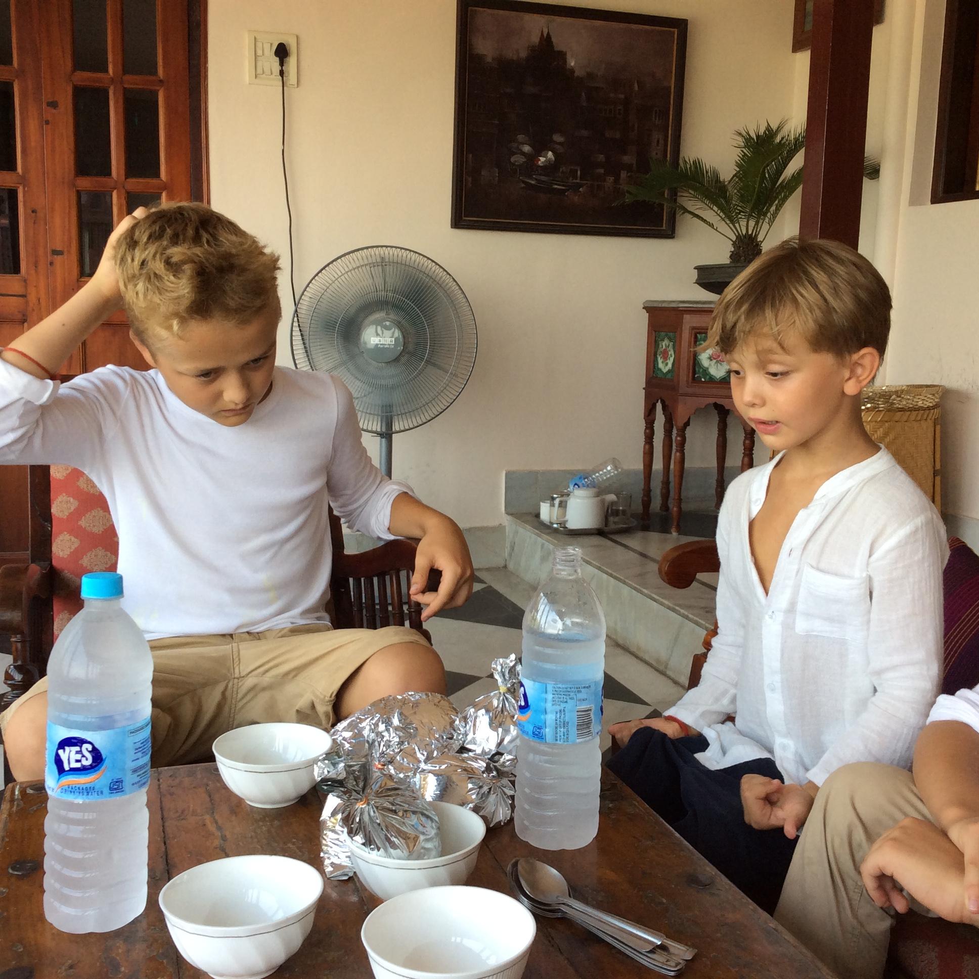 :))) lecker Takeaway vor unserem Zimmer im Ganges View Hotel.