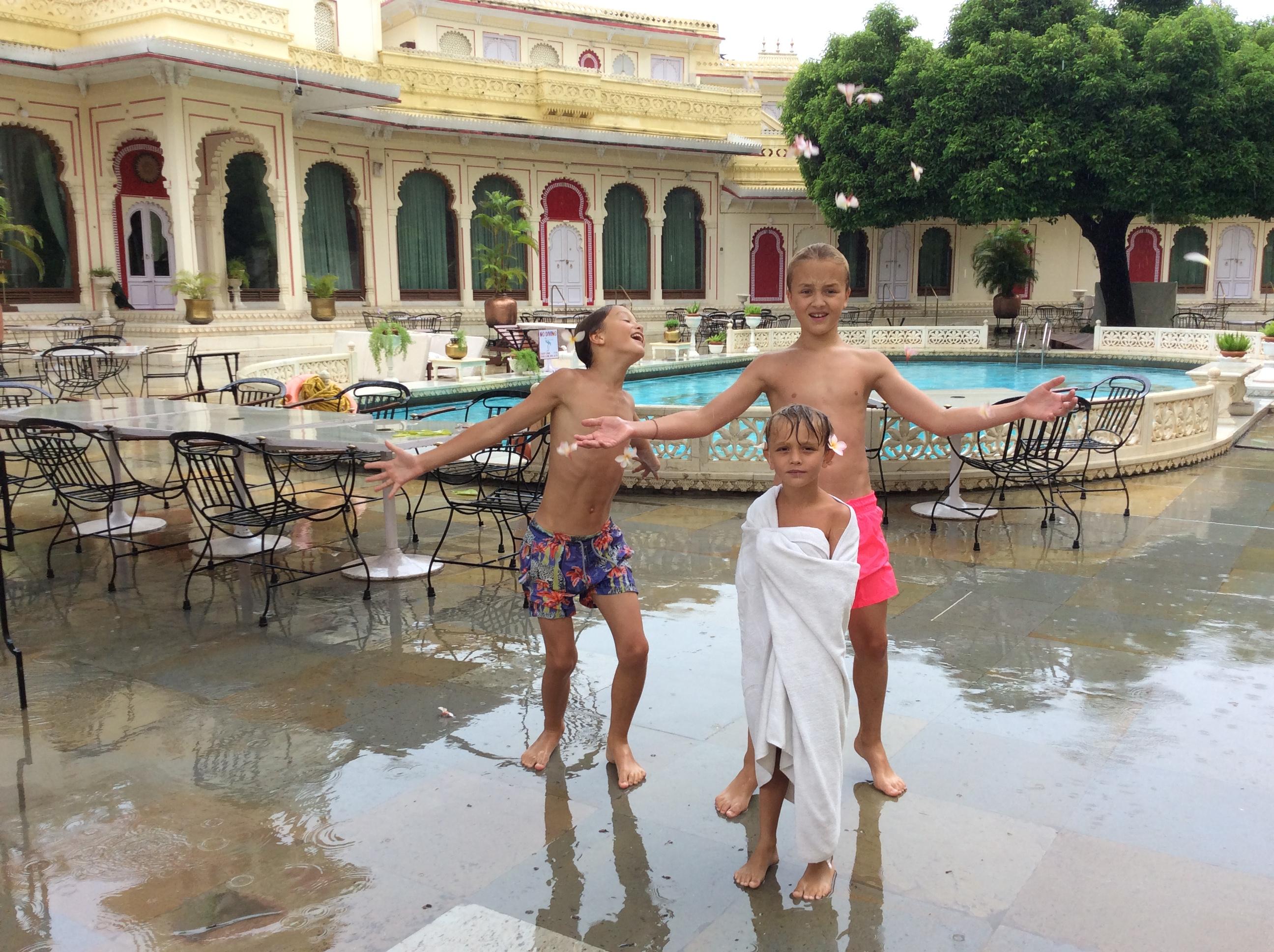 Die Jungs hatten gefragt, ob sie schon mal in den Pool dürfen. Klar! Als ich aus dem Frühstüchsraum blicke, bietet sich mir: Ein Frangie-Pani-Regen!!!!